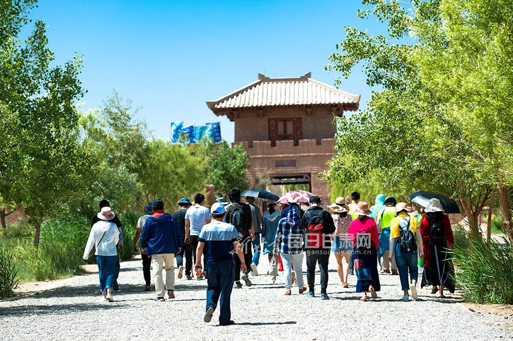 6月15日,游客在陽關景區觀光游覽。(4).jpg