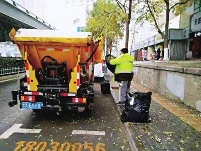 環衛工人清掃落葉